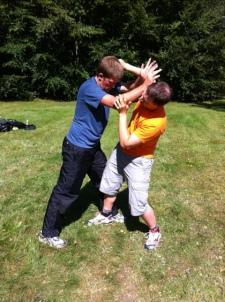 Förmiddagen ägnades åt obeväpnat försvar mot attacker på kort avstånd. Carl och Joakim på bilden.