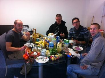 Det är viktigt med en rejäl frukost. Från vänster Sixt, Roland, Martin och Ulf